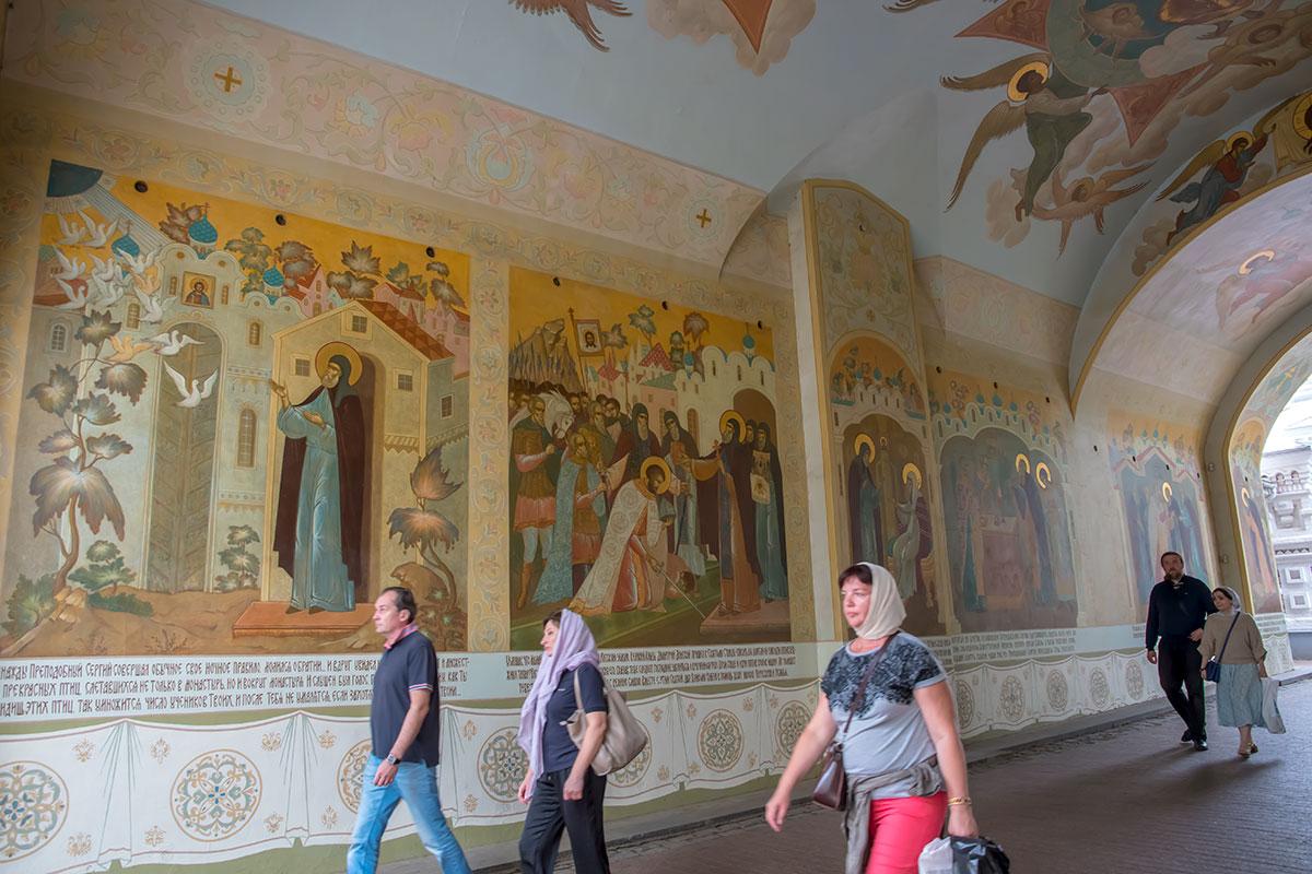 Арочный коридор прохода в Троице Сергиеву Лавру украшен иконописными картинами из жития Сергия Радонежского, с пояснительными надписями.