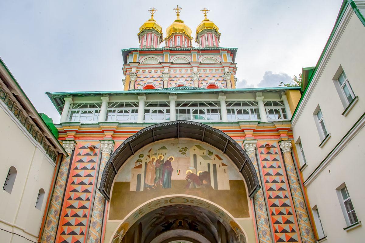 Фрески и цветные орнаменты украшают надвратную церковь Рождества Иоанна Предтечи, под которой проходят в Троице Сергиеву Лавру.