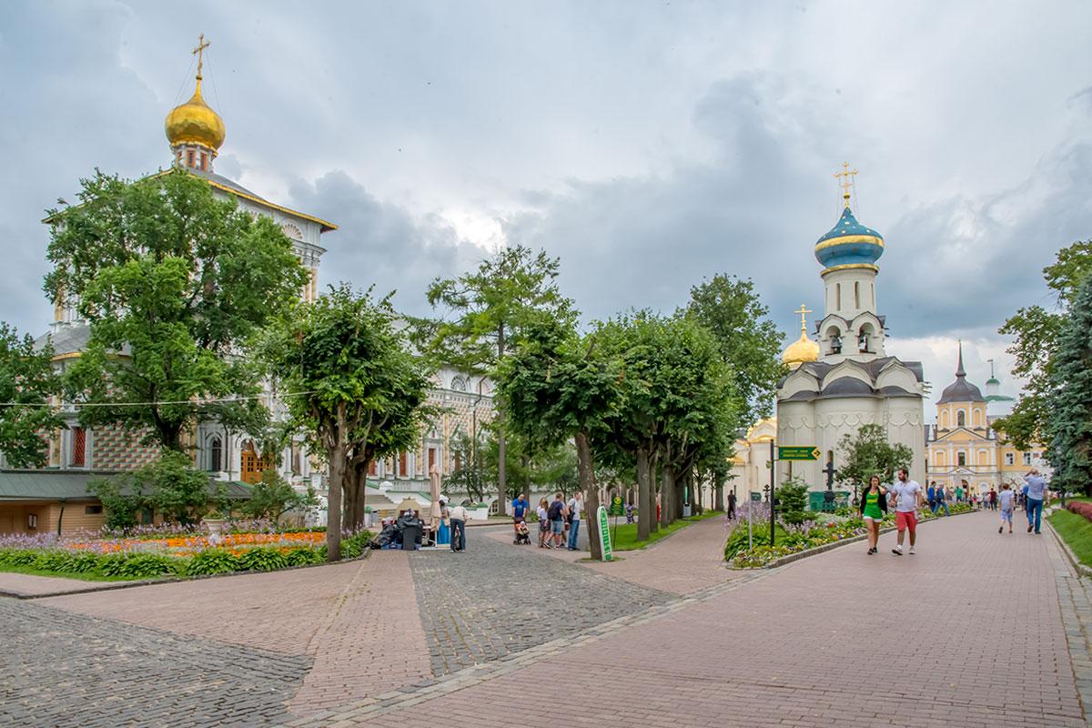 Войдя на территорию Троице Сергиевой Лавры, посетители видят одновременно несколько храмов и выбирают маршрут передвижения.
