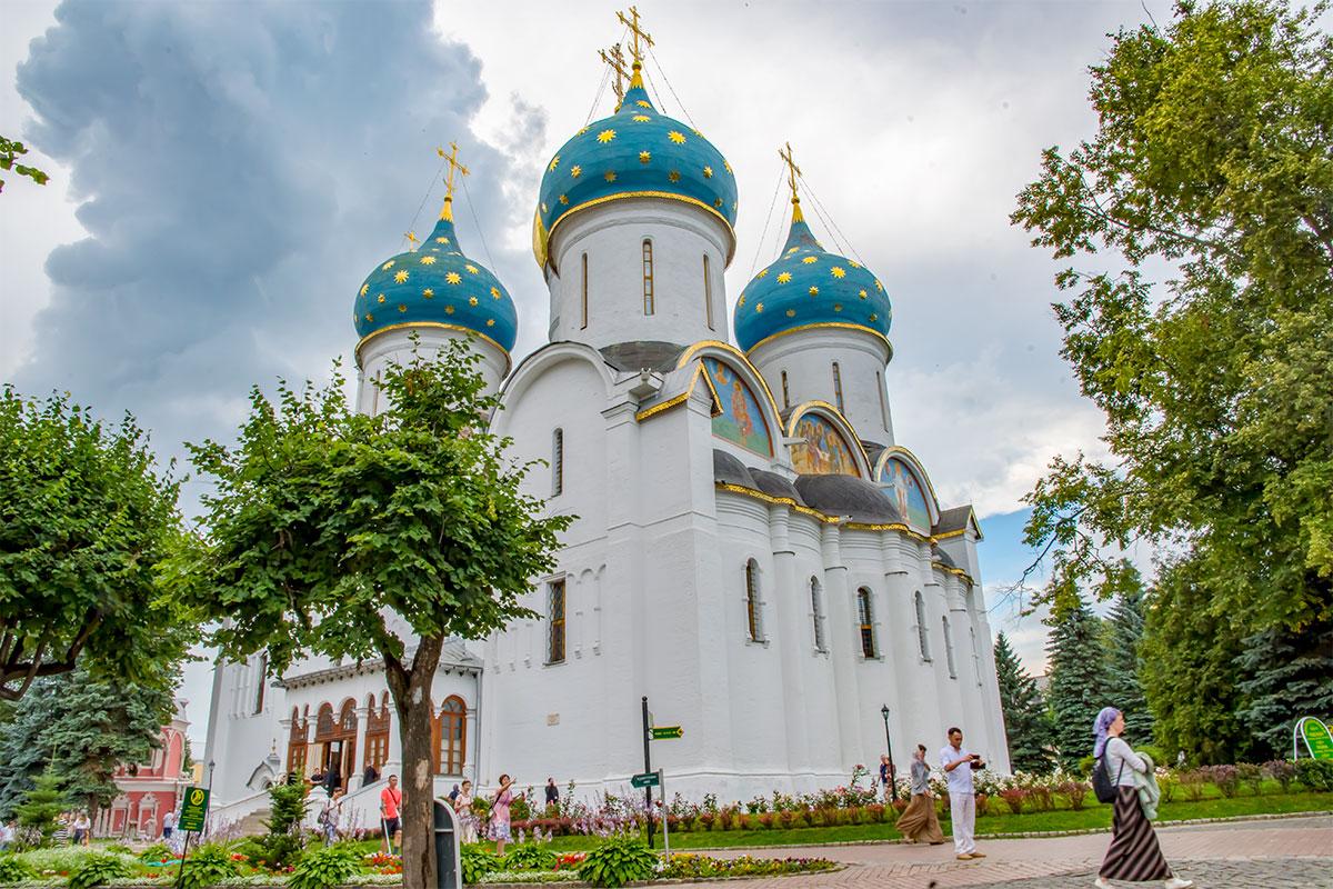 Самое крупное по габаритным размерам строение Троице Сергиевой Лавры – белокаменный Успенский собор, построенный в XVI веке.