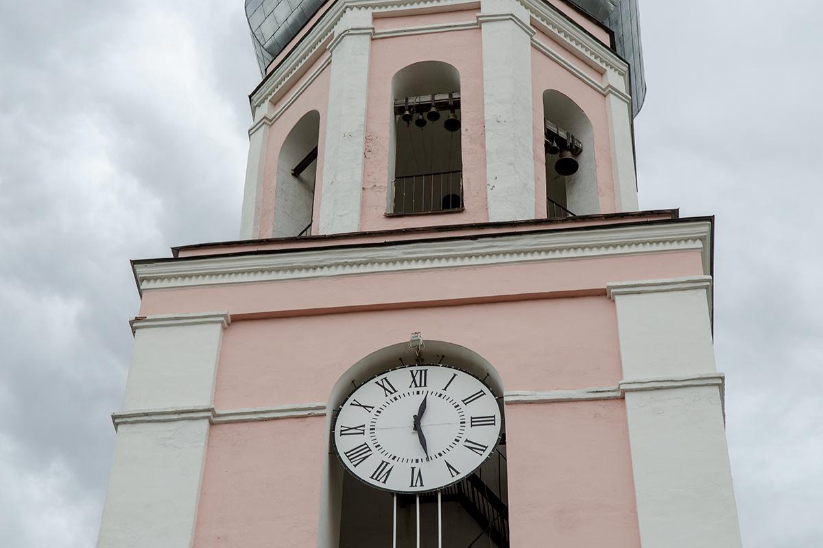 Своим восстановлением в конце прошлого тысячелетия, как и установленным на колокольне часам, Троицкий собор в Валдае обязан своим прихожанам.