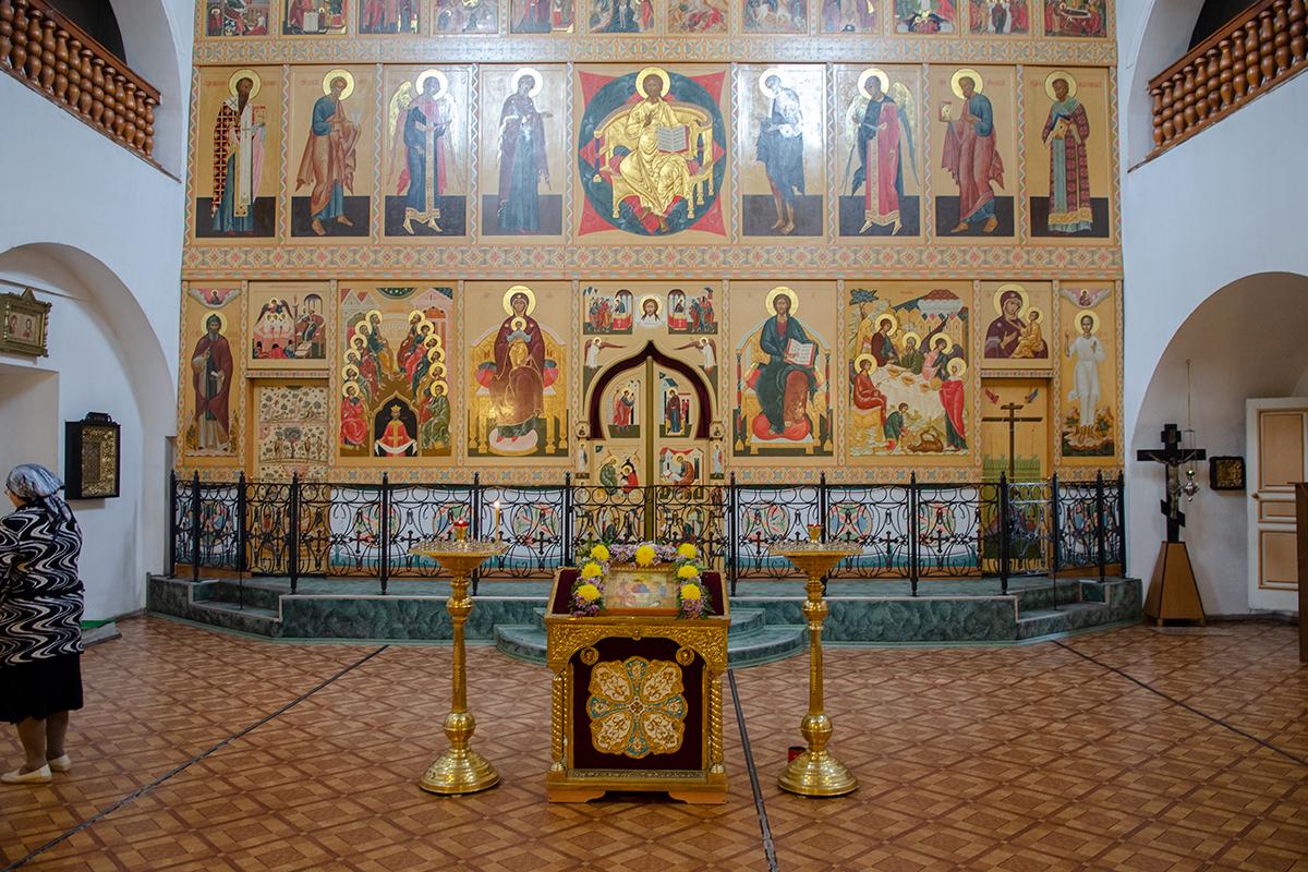 Алтарный иконостас Троицкого собора в Валдае оформлен достаточно просто и небогато, но отвечает всем требованиям православных канонов.