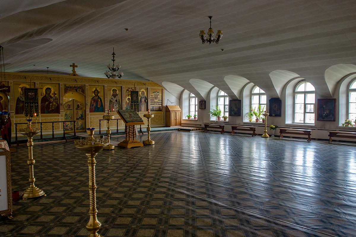 Необычным архитектурным обликом с понурым сводом и иконостасом в один ярус в Троицком соборе в Валдае отличается придел Тихона Задонского.
