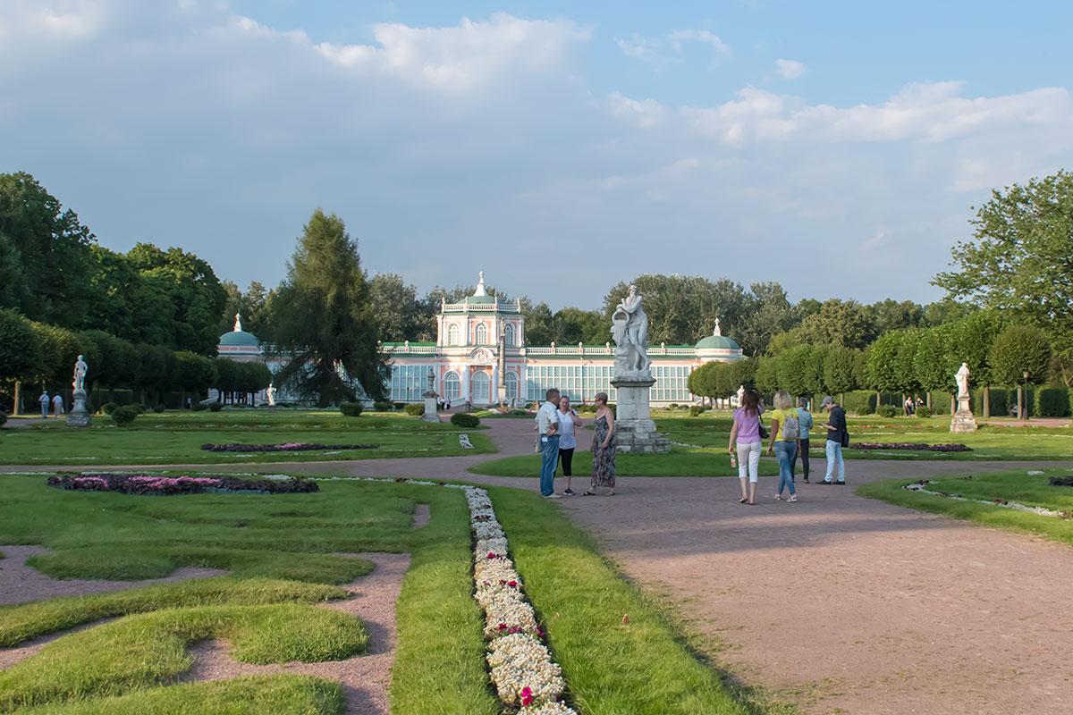 На фоне Большой каменной оранжереи, построенной Аргуновым, многочисленные статуи на партере усадьбы Кусково выглядят весьма представительно.