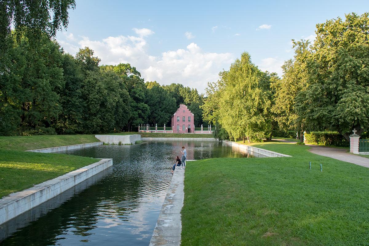Самым западным строением на территории усадьбы Кусково является Голландский домик из красного кирпича, построенный возле одноименного пруда.