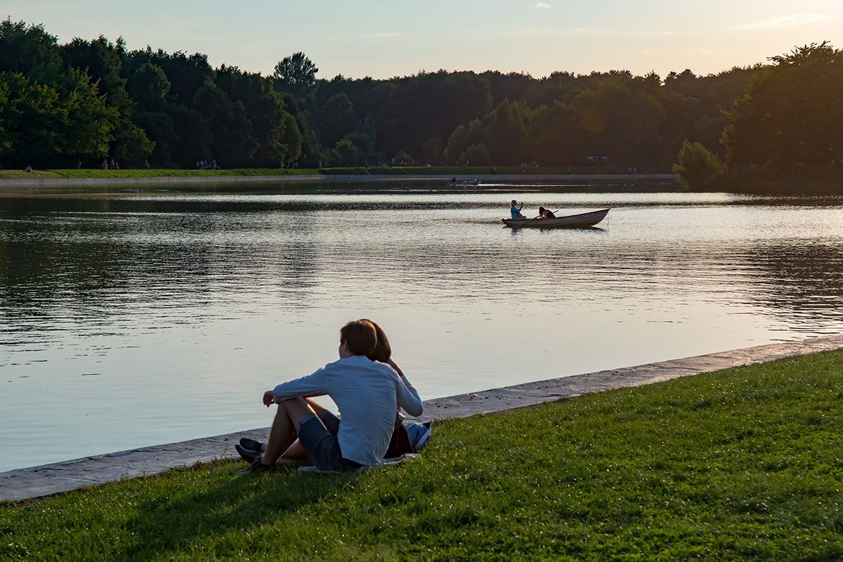Предпочтительность летнего сезона для посещения усадьбы Кусково особенно очевидна на берегу Дворцового пруда, при наблюдении заката.