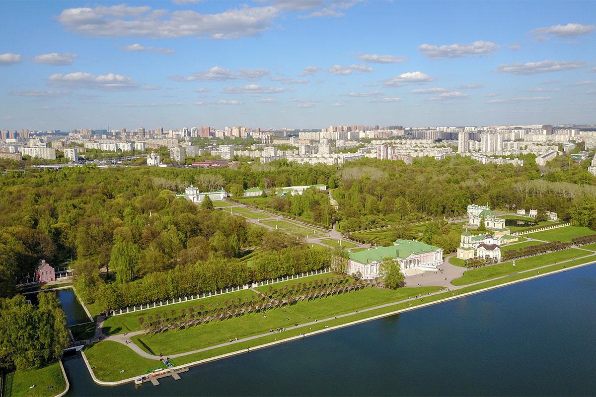 Древняя летняя загородная резиденция прославленного дворянского семейства Шереметевых, усадьба Кусково, теперь окружена городскими районами.