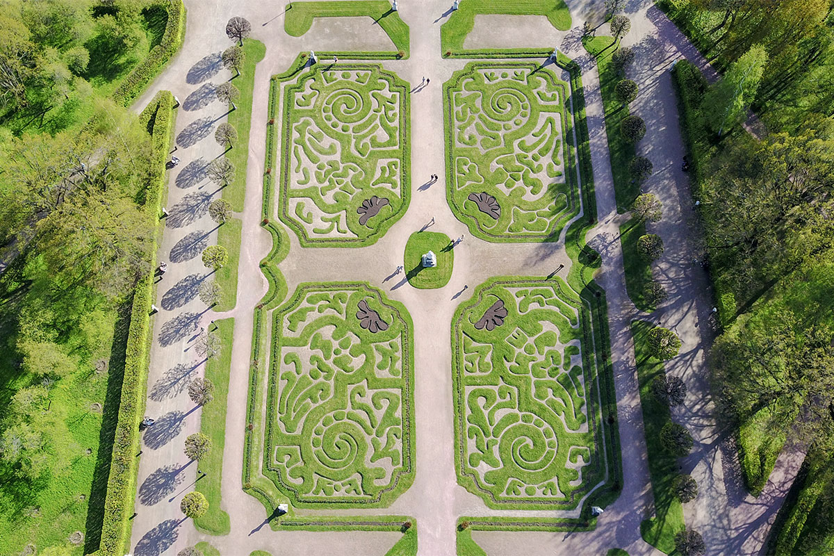 Главными составляющими ландшафта усадьба Кусково имеет Дворцовый пруд, парковую растительность и живописный регулярный партер.