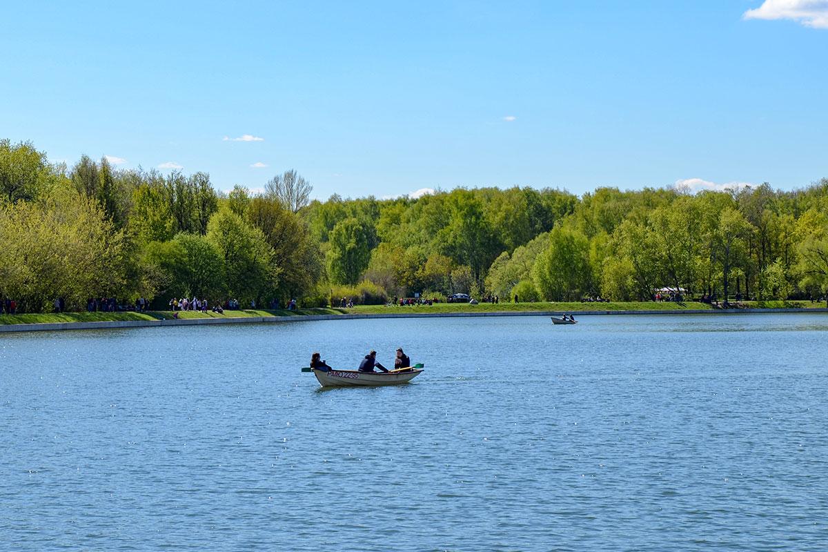 На Дворцовом пруду усадьбы Кусково работает база проката гребных лодок, очень востребованных посетителями в летний сезон.