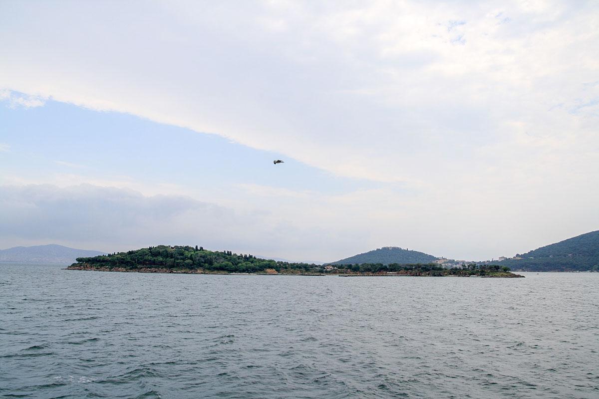 На протяжении морского перехода на Принцевы острова пассажиров парома ожидают живописные приморские виды, не исчезающие из поля зрения.