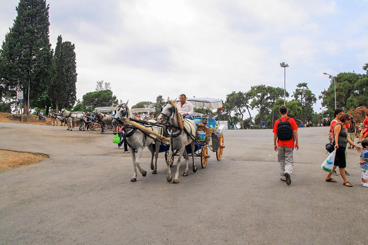 На самом крупном острове архипелага Принцевы острова вблизи причала посетителей встречает настоящая биржа конных экипажей, именуемых фаэтонами.