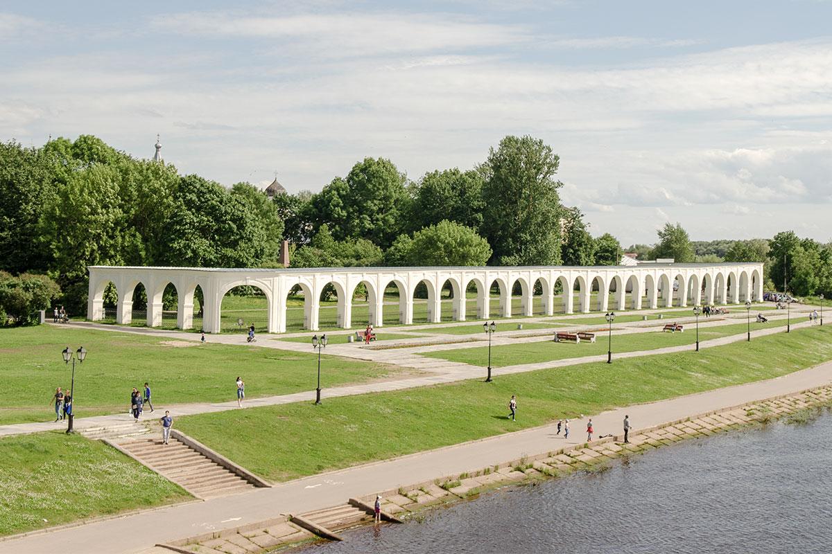 Полностью отреставрированная живописная аркада Гостиного двора украшает набережную Торговой стороны Великого Новгорода.
