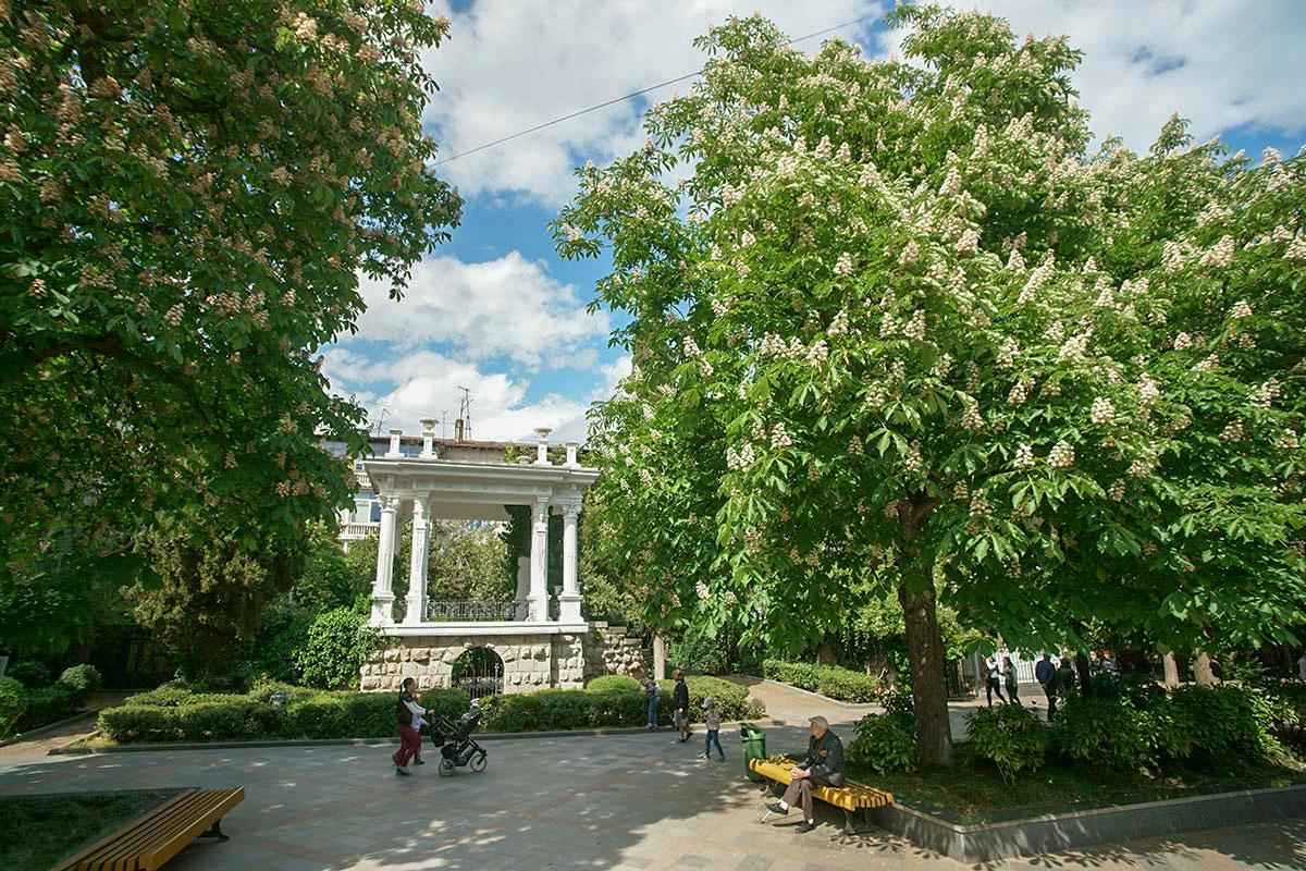Построенная в античном стиле парковая Пушкинская беседка, произведение известного архитектора Краснова, украшает одноименный бульвар Ялты.