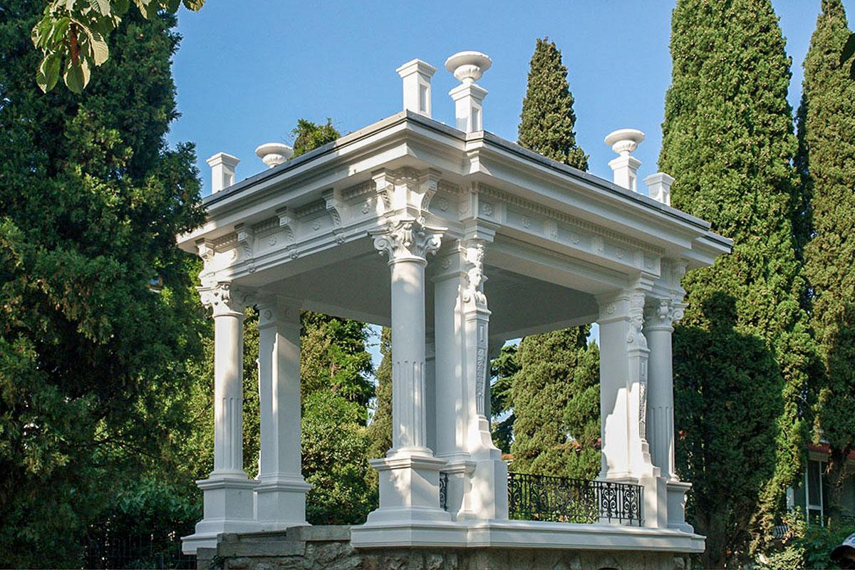 Изысканные архитектурные детали, использованные при декорировании, превратили простую по назначению Пушкинскую беседку в городскую достопримечательность.