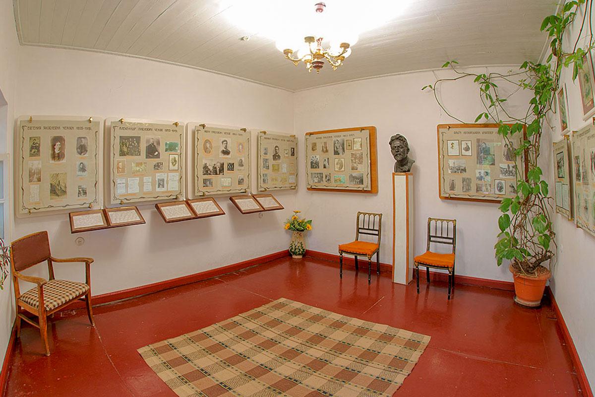 Традиционные и немного старомодные музейные стенды, повествующие на даче Чехова о его близких, оживляются чеховским бюстом.