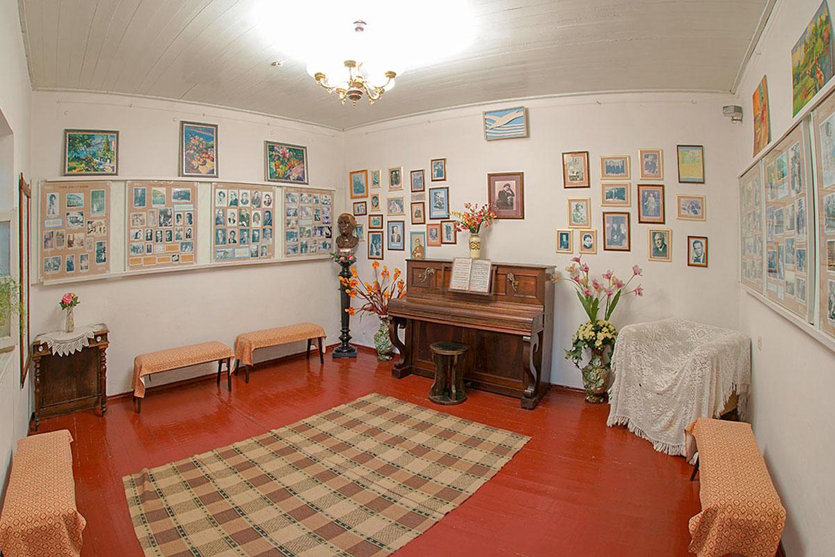 Длительная театральная карьера супруги писателя, которой дача Чехова принадлежала после его кончины, отражена стендами, дополненными бюстом.