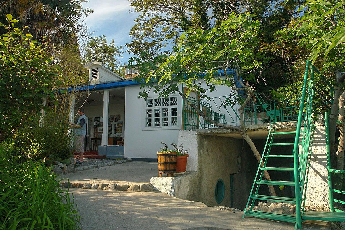 Расположенная у самой прибрежной скалы, гурзуфская дача Чехова привлекает посетителей не только мемориальным характером, но и пышной растительностью.