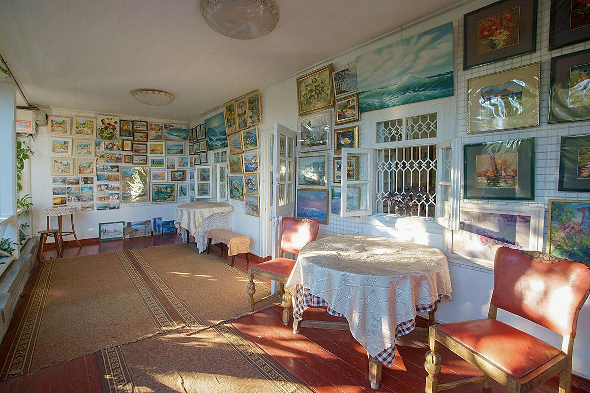 Веранда, которой оборудована гурзуфская дача Чехова, увешена множеством живописных работ и постоянно освещается солнцем.