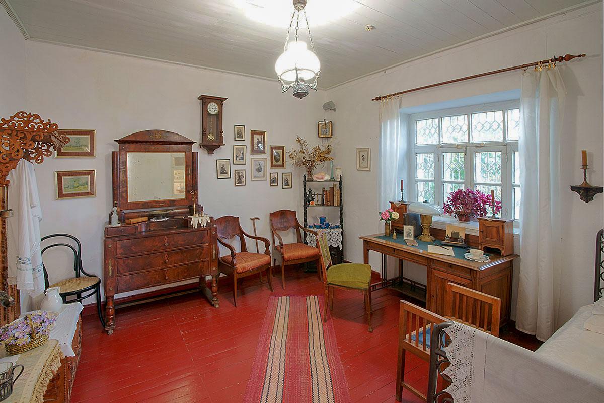Мемориальная комната писателя, главная достопримечательность дачи Чехова, сохранила значительную часть оригинальной обстановки.