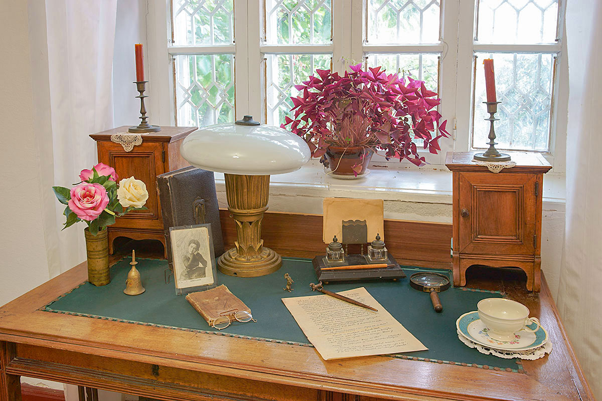 Дача Чехова в Гурзуфе, сохранившая кабинетный стол и личные вещи Антона Павловича, обставлена скромно и непритязательно.