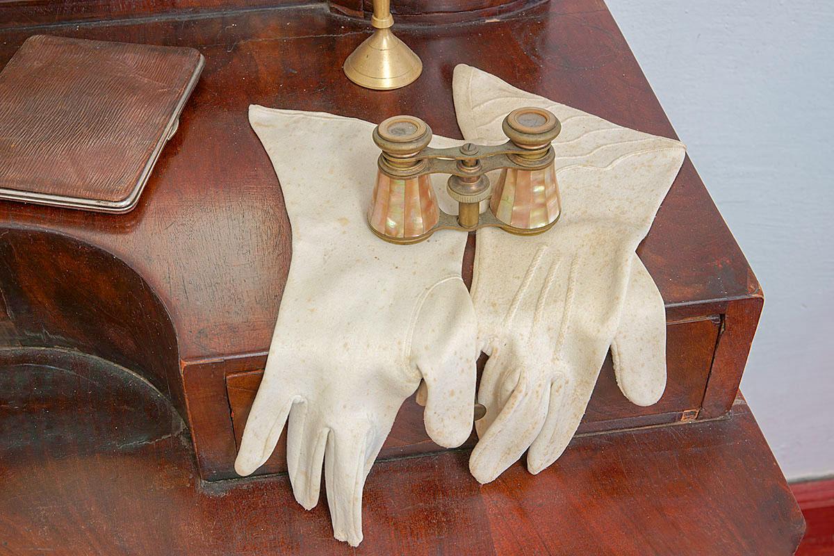 Не все выставленные на даче Чехова музейные экспонаты тесно связаны с личностью хозяина, есть предметы случайные либо символические.