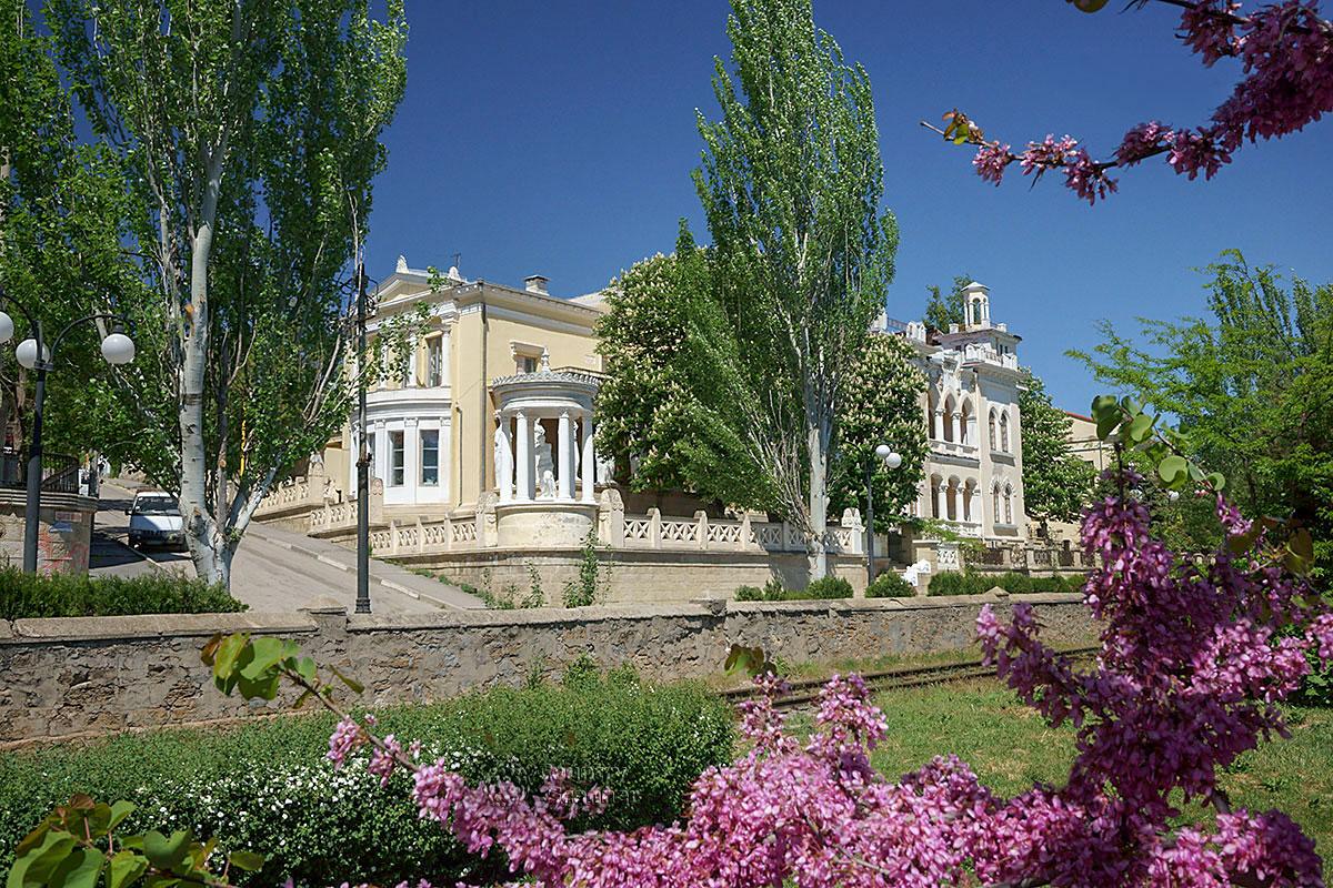 Помимо архитектурных красот и скульптурных украшений, дача Милос в Феодосии декорирована живописной растительностью.
