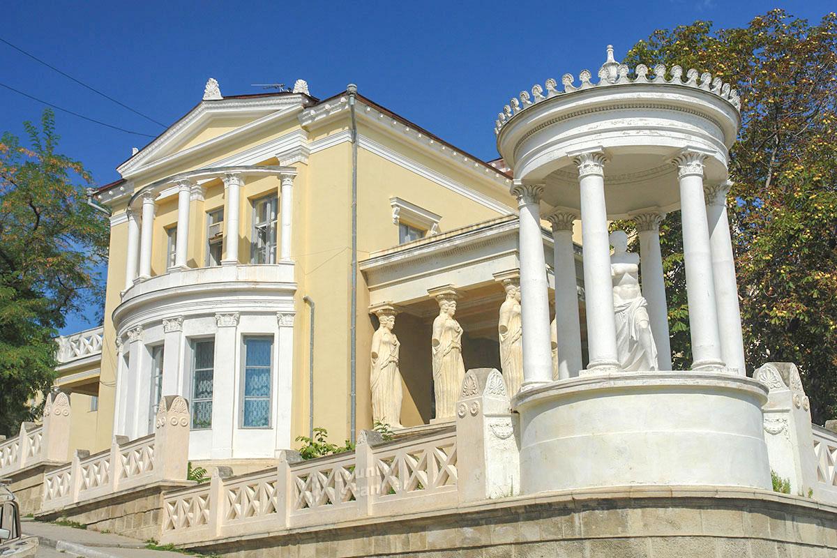 Построенная в 1911 году по заказу коммерсанта редкой национальности караимов, дача Милос является одним из красивейших зданий Феодосии.