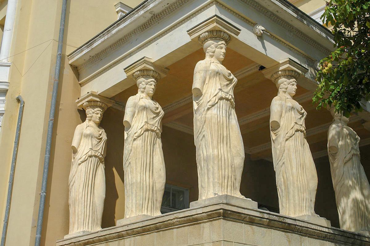 Редкие в российской архитектурной практике Кариатиды, женские статуи вместо обыкновенных колонн, украшают дачу Милос, как древний Эрехтейон.
