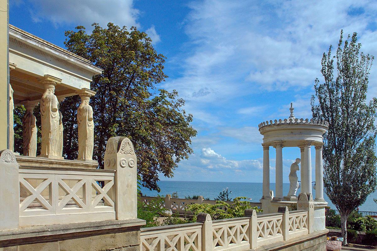 На фоне морского простора беседка со статуей Афродиты Милосской на даче Милос выглядит замечательно, особенно при воспоминании о происхождении богини.