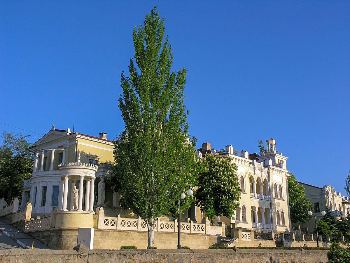 Располагается дача Милос в Феодосии на проспекте Айвазовского, по соседству с Картинной галереей его имени и памятником художнику.