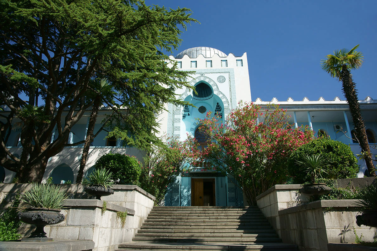 Главное отличие второго корпуса от первого, с которым связывают само название дворец Дюльбер, в расположении фасадом к морскому побережью.