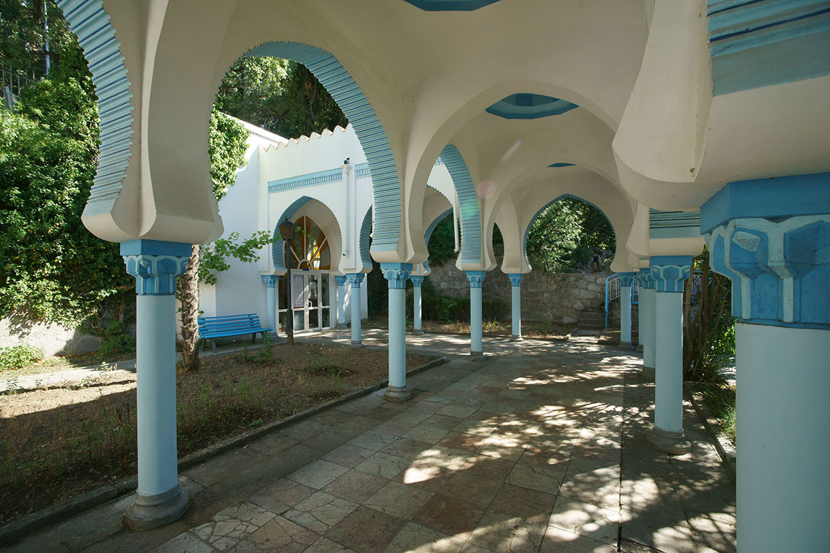 Крытая галерея второго корпуса дворца Дюльбер выполнена в подражание мавританскому стилю первого здания, с живописными деталями и приметной окраской.
