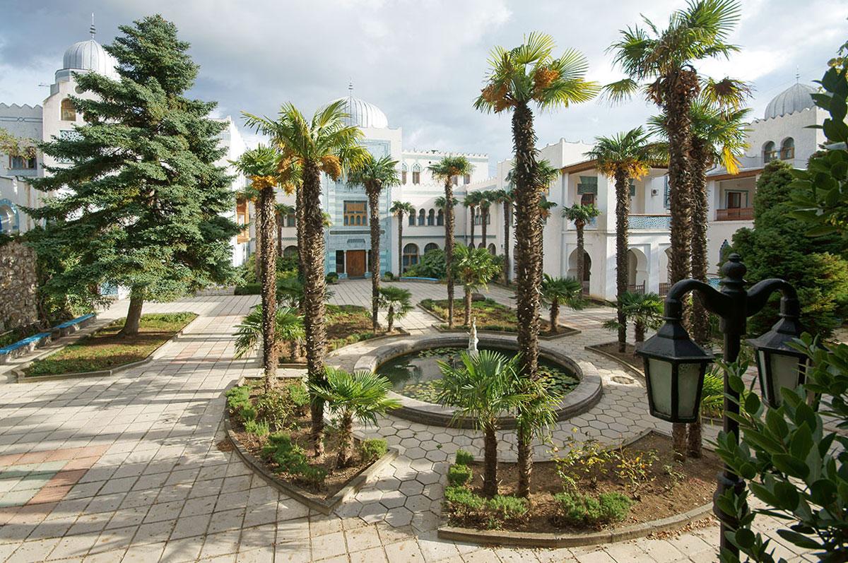 Бывший дворец дяди последнего императора России, живописный сам по себе, предваряется шикарно оформленной площадью с веерными пальмами у бассейна.
