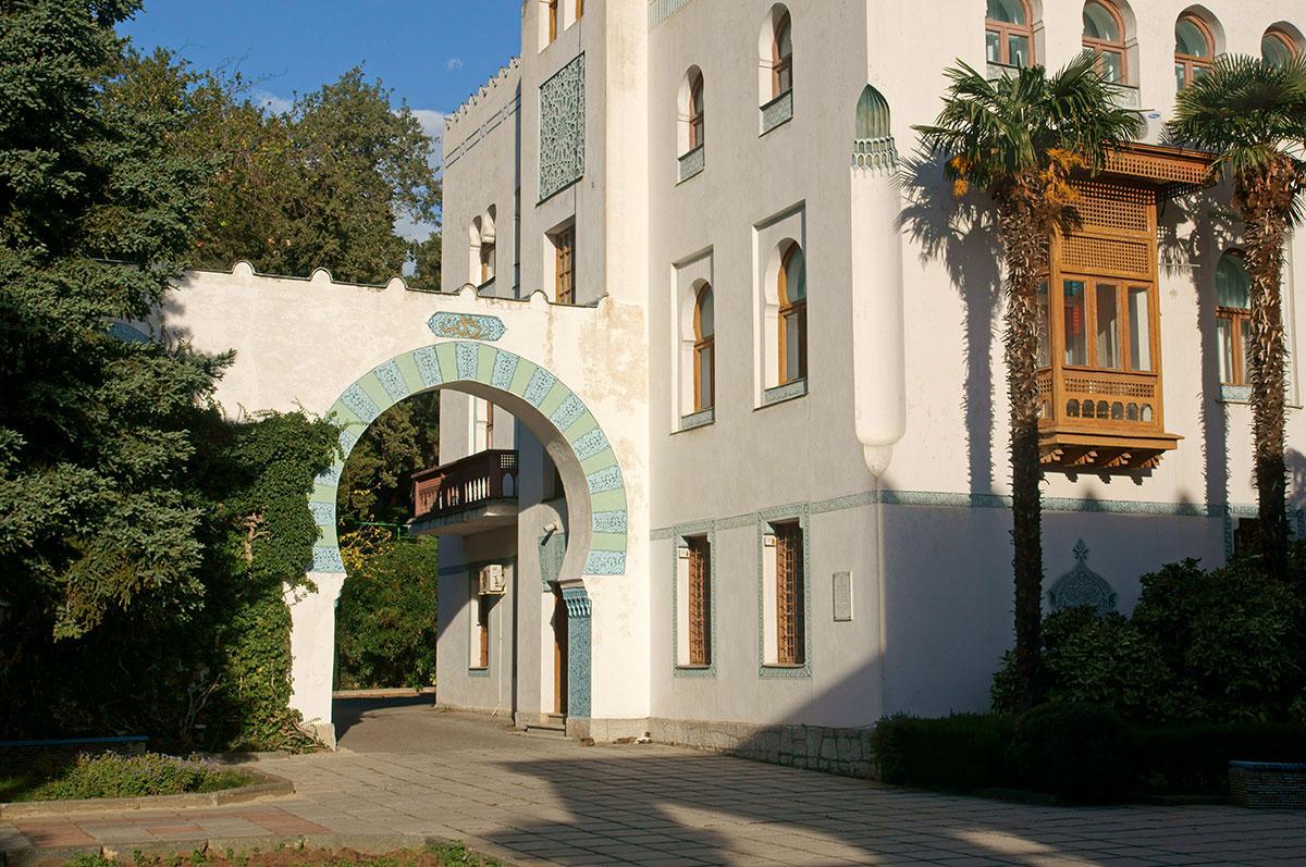 Многочисленные характерные элементы мавританской архитектуры здания дворца Дюльбер привнесены в проект впечатлениями высокородного заказчика.