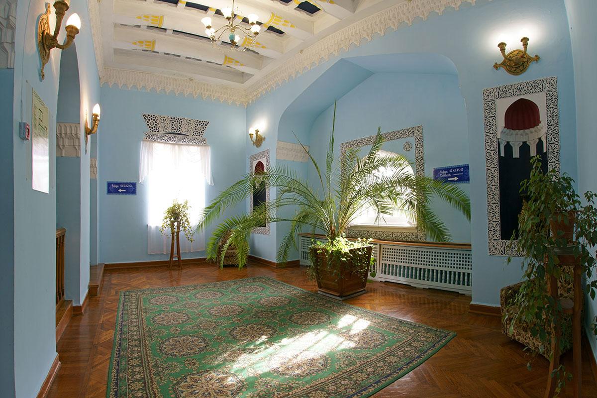 Входной холл старого здания дворца Дюльбер так же, как внешний облик, полон деталей мавританского стиля, с присущими ему нишами и орнаментами.