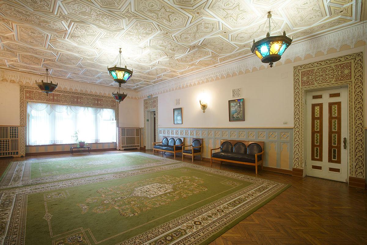 Просторный и светлый большой зал, самое крупное помещение во дворце Дюльбер, шикарно декорировано разнообразными орнаментами.
