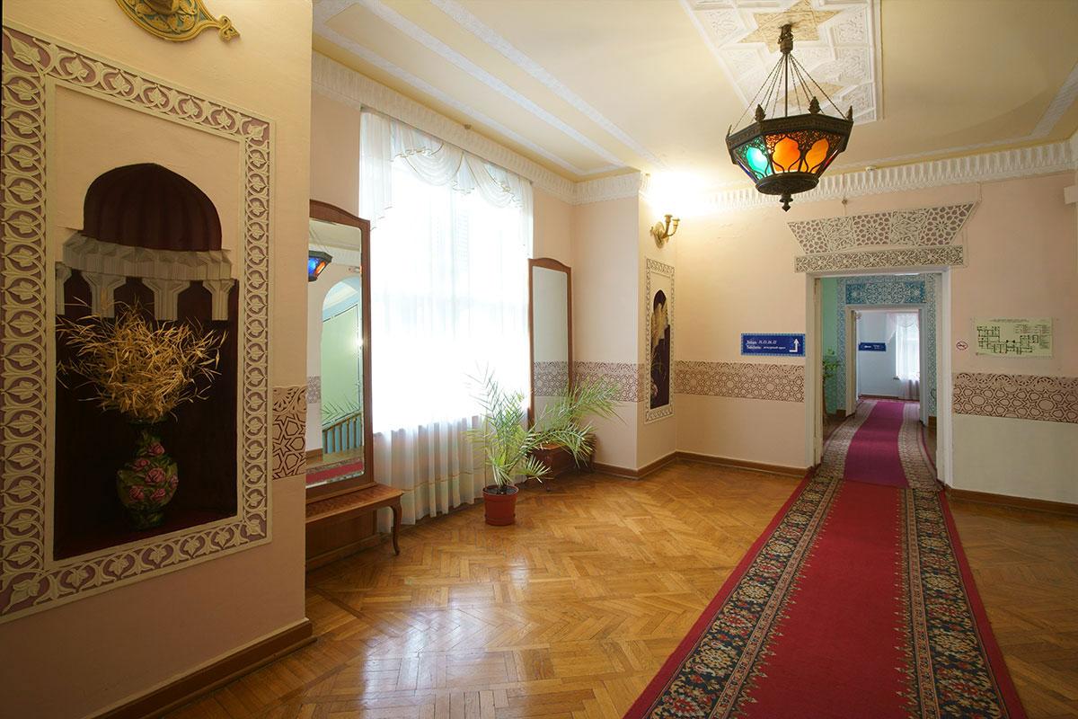 В том же мавританском стиле, к которому относят архитектуру дворца Дюльбер, выполнено и декорирование его интерьеров вплоть до коридоров.