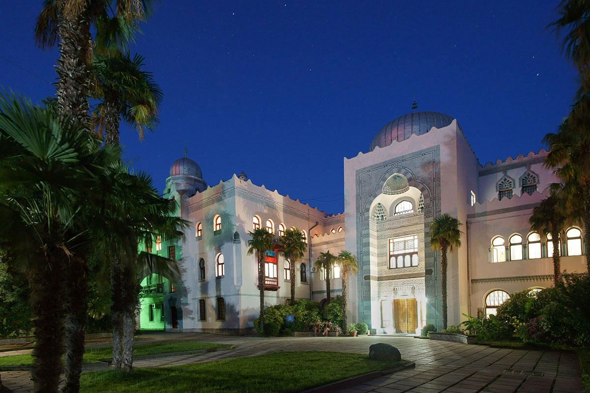 На фоне звездного крымского неба, с включенной вечерней подсветкой дворец Дюльбер становится еще более восхитительным.
