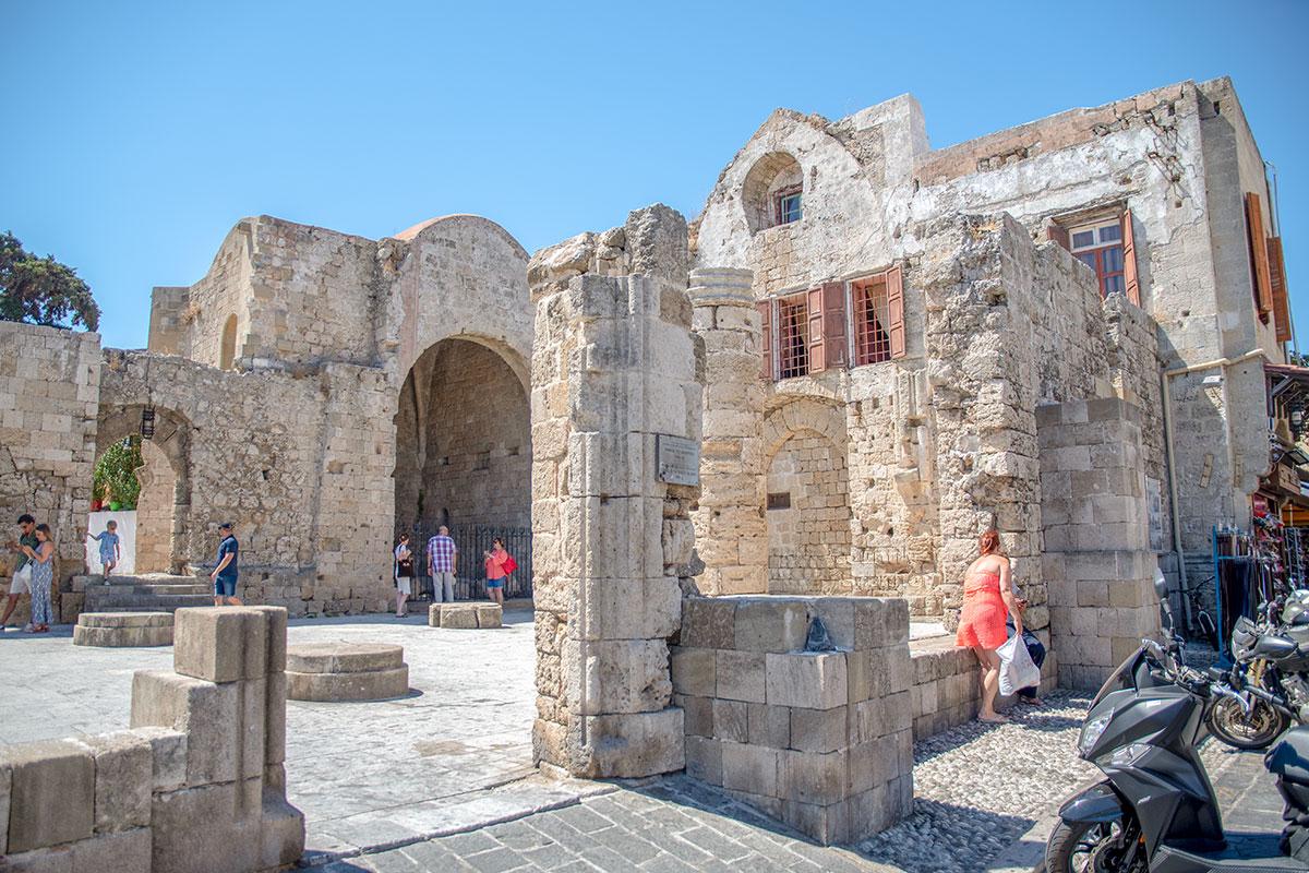 Сохранившийся только отдельными фрагментами, храм богородицы Бургосской частично стал элементом более современных зданий.