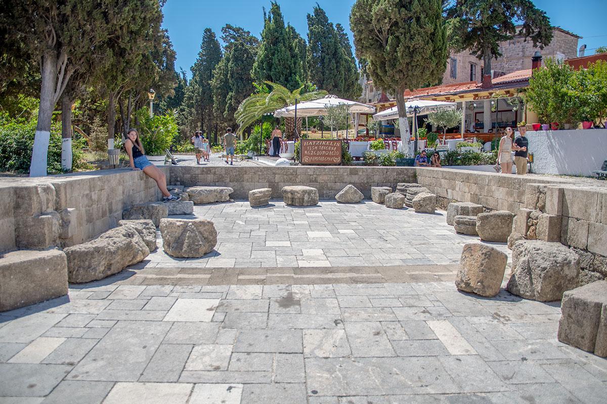Южный придел полуразрушенного храма Богородицы Бургосской обозначен углубленной в землю площадкой, обложенной каменными блоками.