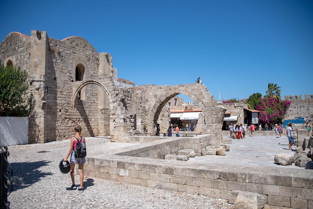 Из северного придела храма Богородицы Бургосской через арку стены Старого города виднеется морская гладь и прибрежные камни.
