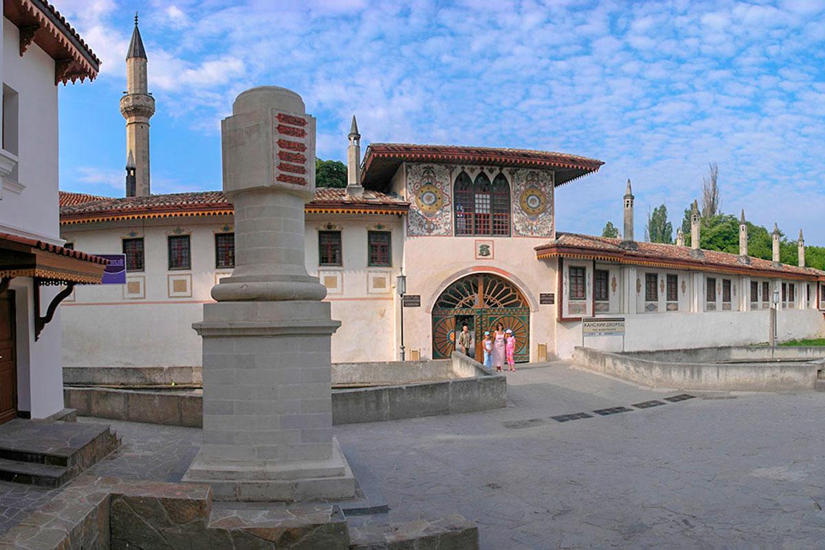 Своеобразный монумент перед Северными воротами Ханского дворца в Бахчисарае – одна из Екатерининских милей, отмечавших каждые 10 верст визита императрицы.
