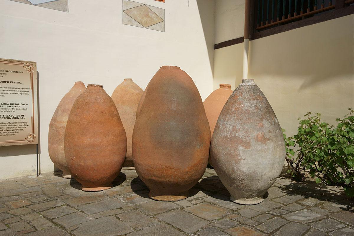 Прямо под открытым небом выставлены старинные пифосы для жидких и сыпучих продуктов, экспонаты музея на территории Ханского дворца.
