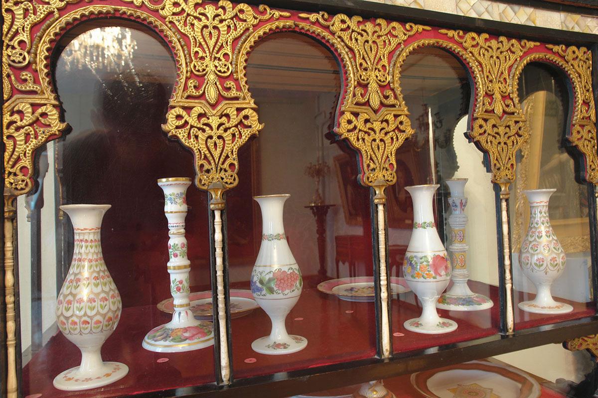 Размещенный в Ханском дворце художественный музей хранит много живописных полотен известных авторов, образцы старинной мебели и фарфора.
