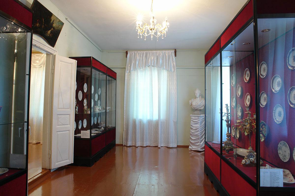 Коллекция фарфоровых изделий старинного происхождения в художественном музее Ханского дворца дополняется бюстом Екатерины Великой.