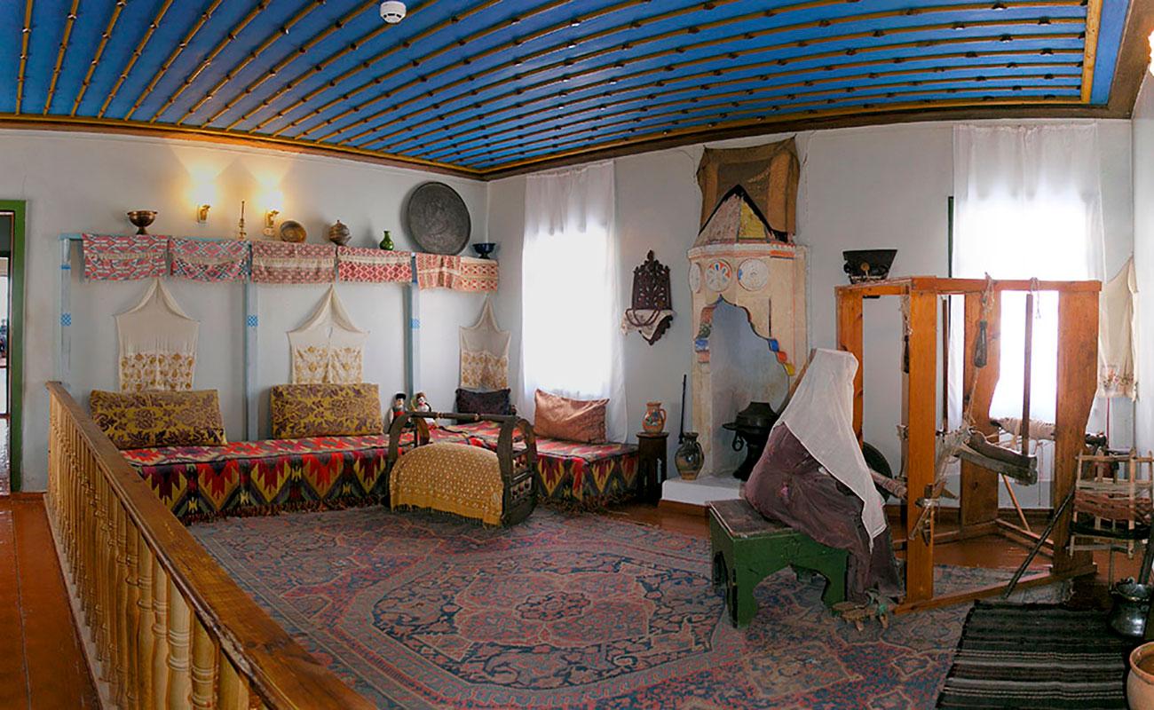 Отдельно стоящий Жилой корпус Ханского дворца, как и помещения Гарема, оснащен камином с вытяжкой, в котором разжигали жаровню обогрева бытового помещения.