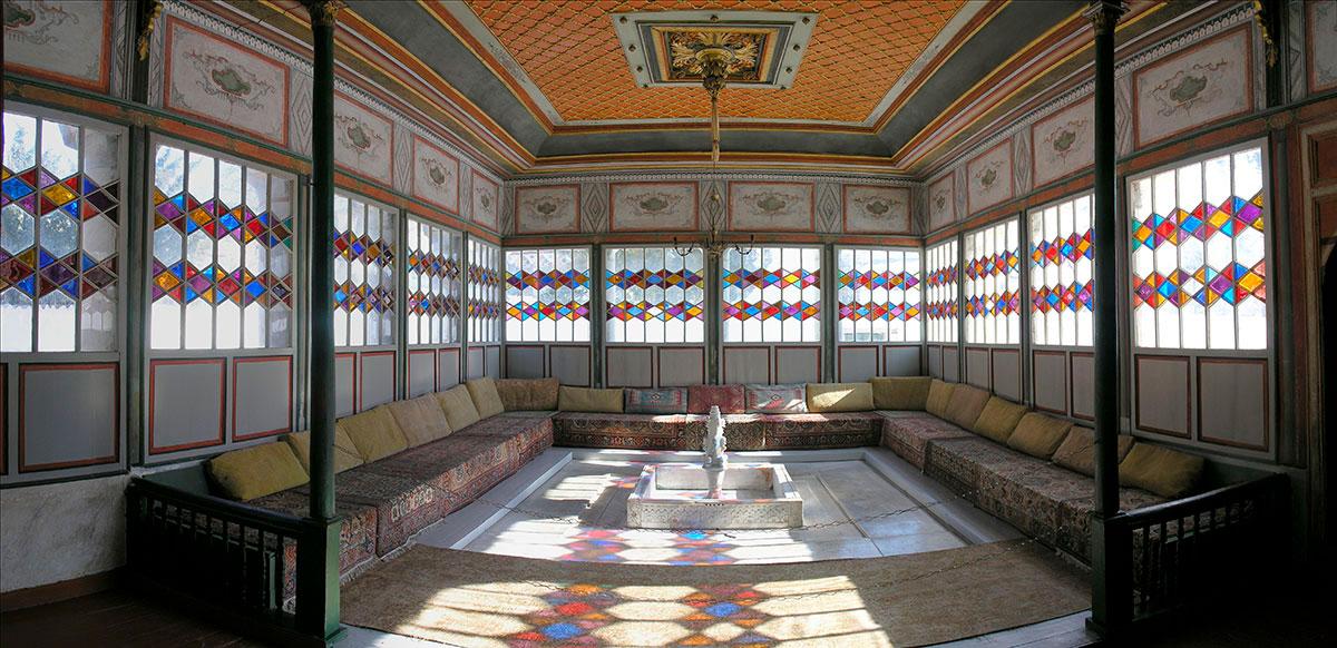 Летняя беседка, одно из старинных строений Ханского дворца, раньше была открытой, позднее обрела оконные проемы с красочными витражами и второй этаж.