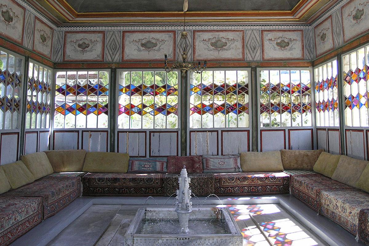 Прежние обитатели Ханского дворца наслаждались отдыхом в Летней беседке под журчание струй небольшого мраморного фонтана, работающего и сейчас.