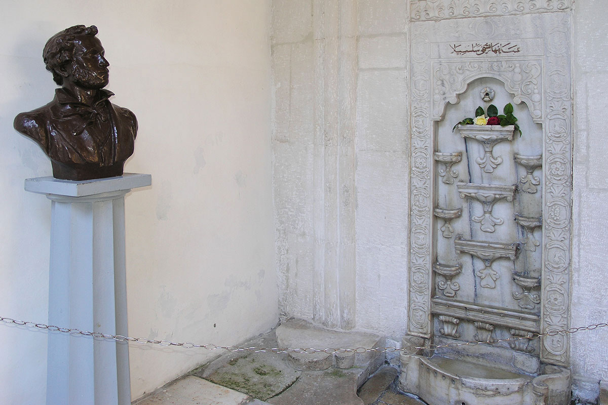 Самый знаменитый экспонат всего Ханского дворца – воспетый великим Пушкиным Фонтан слез, описанный поэтом как Бахчисарайский фонтан.