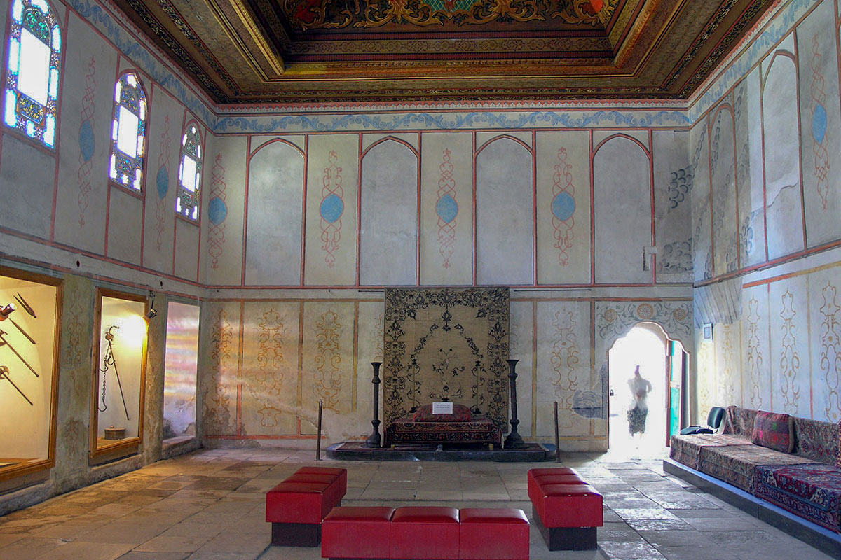 Зал заседаний верховного совещательного органа Крымского ханства, Дивана, - одно из самых живописных по оформлению зданий Ханского дворца.